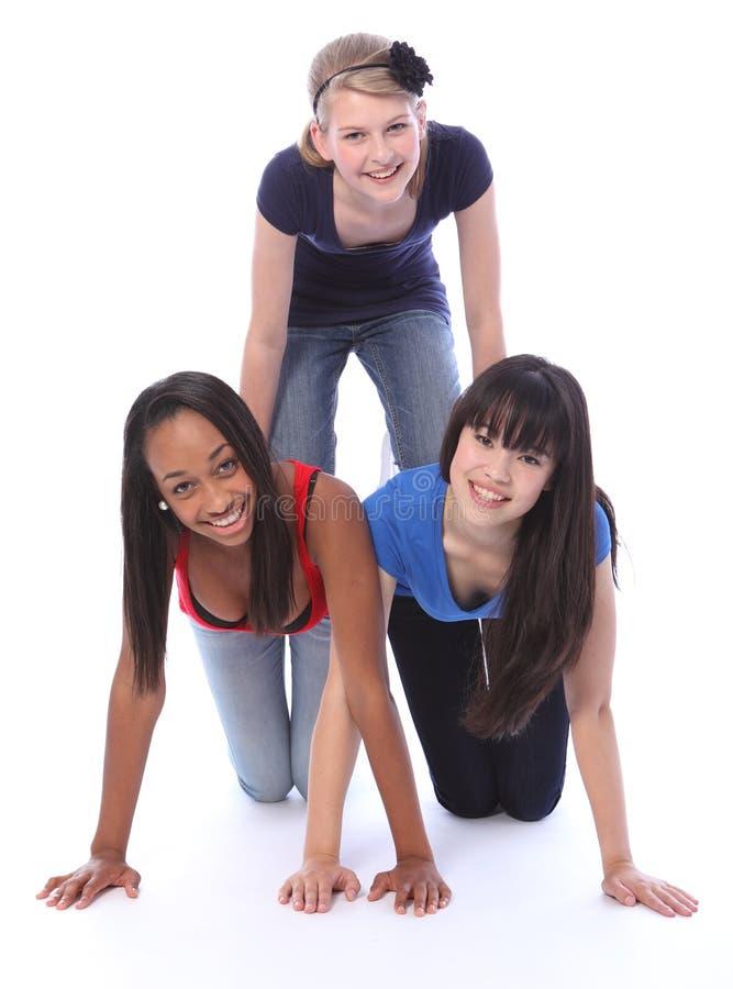 race för pyramid för rolig flicka för vänner tonårs- blandad arkivbild