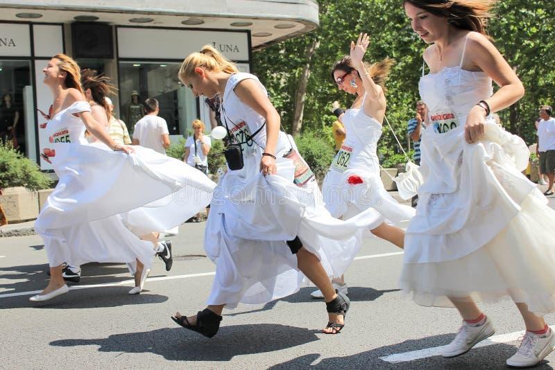 Race i bröllopsklänningarna royaltyfria bilder