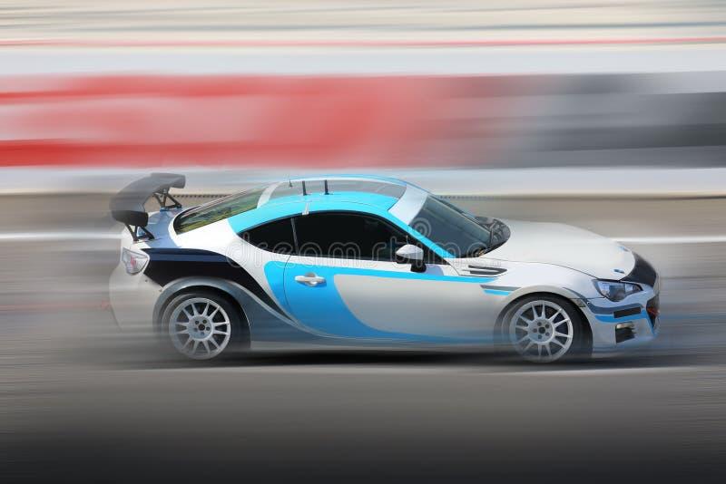 Raceauto die op snelheidsspoor rennen stock fotografie