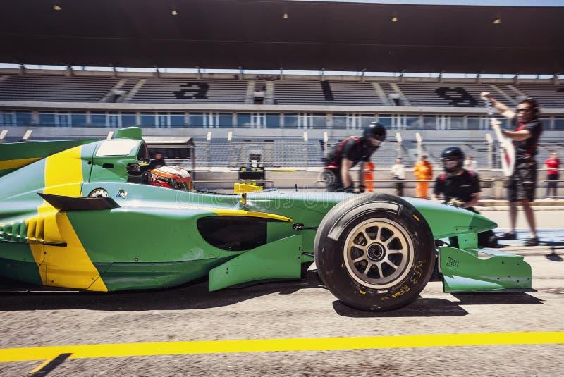 Raceautobestuurder in pitlane voor een pitstop stock foto's