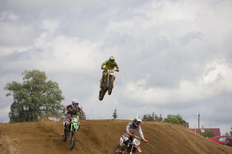 Racerbilar hoppar arkivfoto