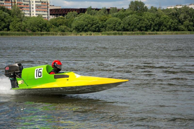 Racerbilen i hastighetsfartyg går snabb längs floden royaltyfri foto