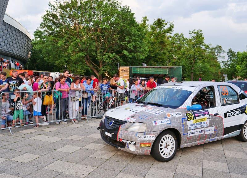 Racerbilen kontrollerar in på mållinjen royaltyfria foton