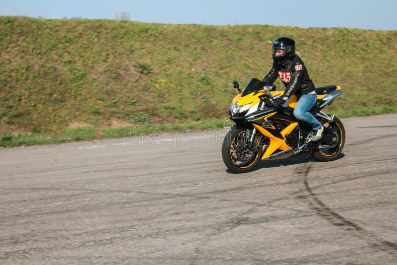 Racerbilen på sportar cyklar ritter på spåret fotografering för bildbyråer