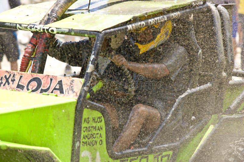 Racers 4X4 till och med mud i Ecuador royaltyfri foto