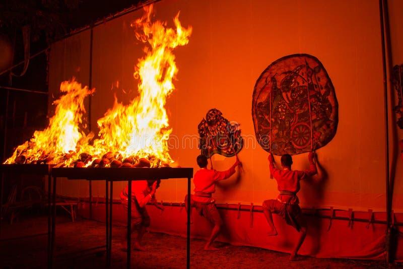 Rachaburi Tajlandia, Kwiecień, - 14, 2015: Młodości przedstawienie wykonuje Uroczystą cień sztukę w nocy przy Watem Khanon Rachab zdjęcie stock