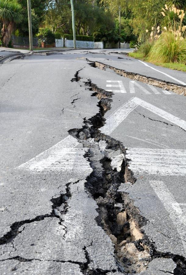 Rachaduras em uma estrada causada por um terremoto fotos de stock