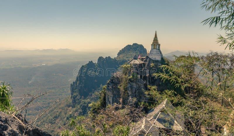Rachanuson do phrachomklao do chaloem de Wat da natureza da paisagem, pagode na montanha da rocha fotos de stock royalty free