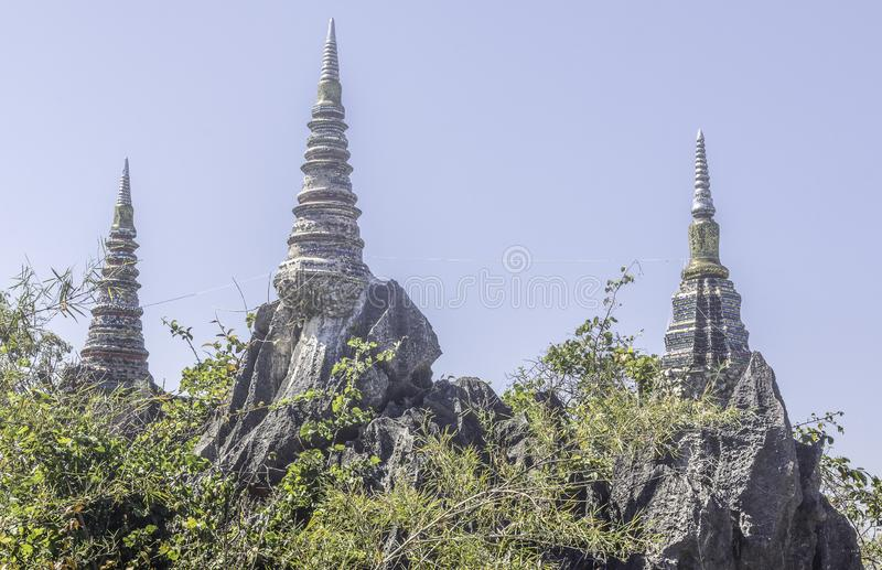 Rachanuson do phrachomklao do chaloem de Wat da natureza da paisagem, pagode na montanha da rocha imagens de stock royalty free