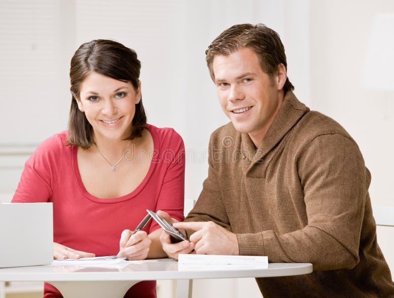 rachunków kalkulatora pary miesięczny wynagrodzenie używać obraz royalty free