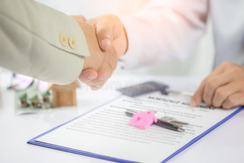 100 rachunków pojęcia dolara dom robić hipotekuje robić Właśnie stawia twój podpis tutaj! obraz stock