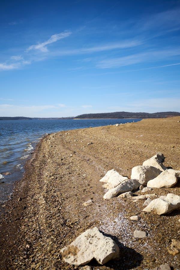 Racimo de cantos rodados en las orillas del lago Perry fotografía de archivo