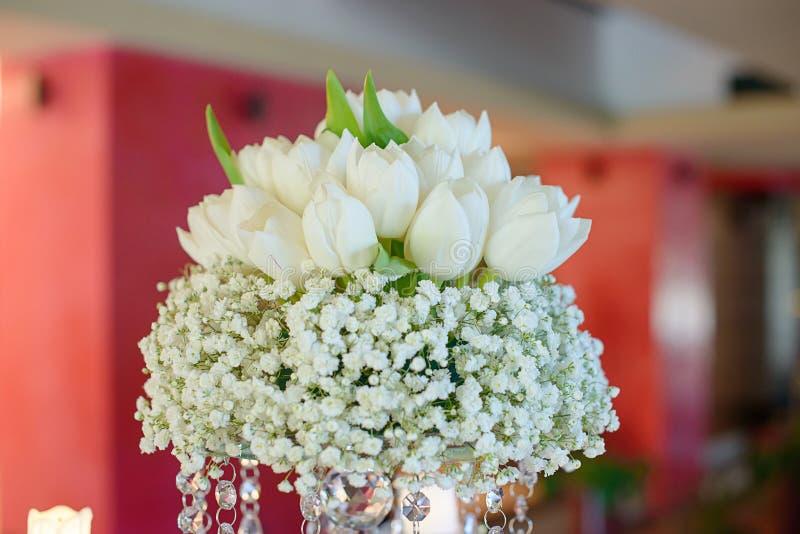 Racimo de tulipanes blancos puros fijados en un ramo bajo grueso de Bebé-respiración para una recepción nupcial imagenes de archivo
