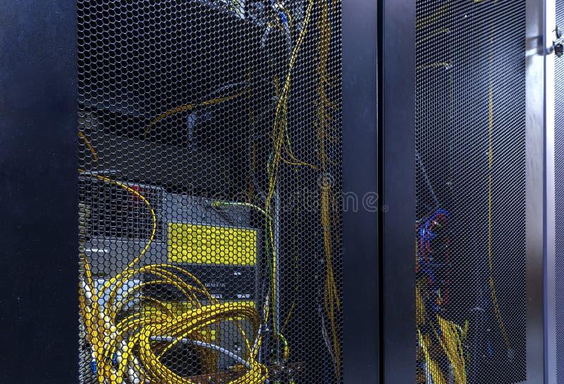 Racimo del estante del servidor en centro de datos Sitio de servidor de red con procesos en ejecuci?n de los ordenadores de alto  fotografía de archivo