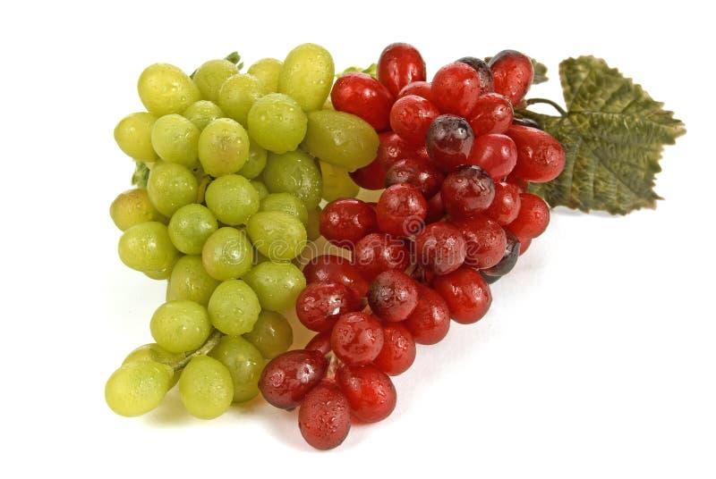 Racimos rojos y verdes de la uva fotos de archivo libres de regalías
