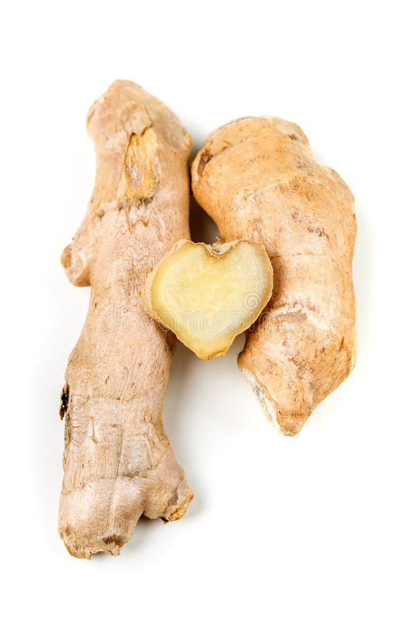Racine découpée en tranches de gingembre avec une forme de coeur photo libre de droits