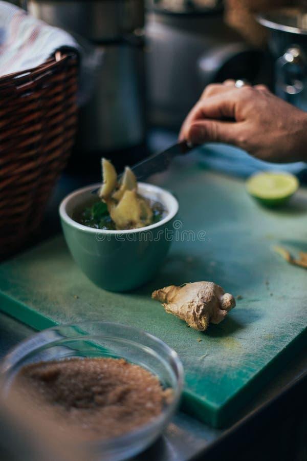 Racine de gingembre et tisane de menthe en café photographie stock
