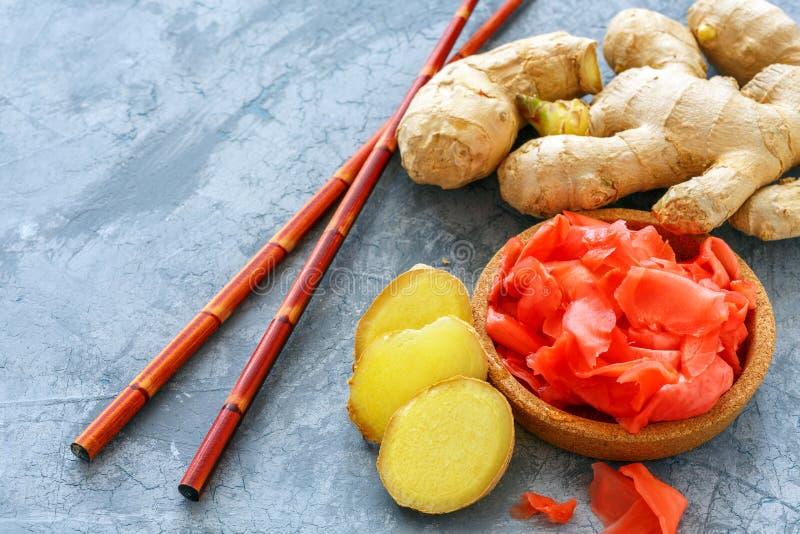 Racine fraîche, tranches de gingembre mariné et baguettes photos libres de droits