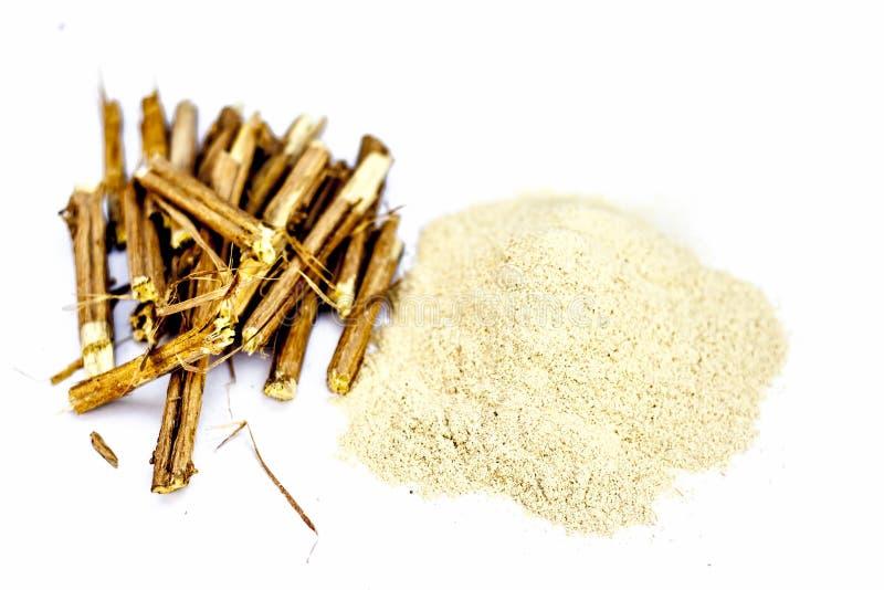 Racines d'Ashwagandha et sa poudre également connues sous le nom de ginseng indien photo stock