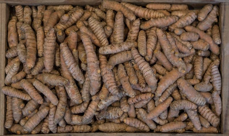 Racines de safran des indes dans une boîte en bois, photographiée d'en haut Le safran des indes est une épice à cuire et a un gra image libre de droits