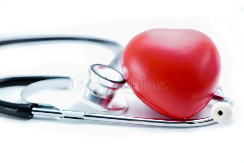 Racines de safran des indes et coeur herbRed par poudre avec le stéthoscope : concept médical fort sain photographie stock libre de droits