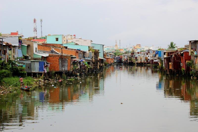 Racka ner på den beströdda floden i Ho Chi Minh City, Vietnam fotografering för bildbyråer
