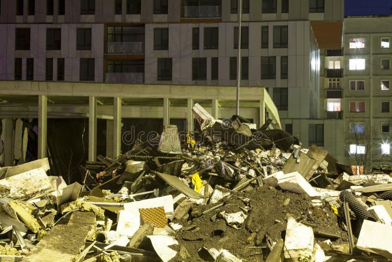 Racka ner på eller spillror framme av bostadsområde arkivfoton