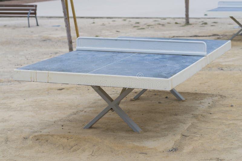 racket en bal die op wit wordt geïsoleerde royalty-vrije stock afbeeldingen