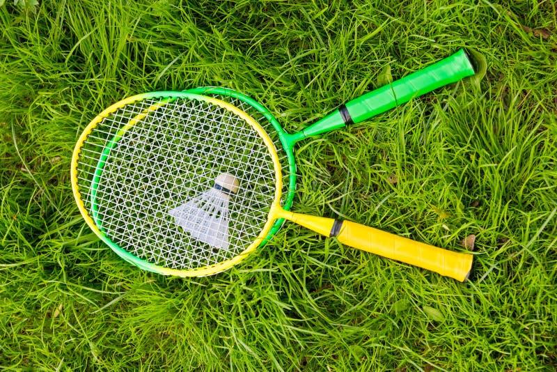 Racket för badminton och en fjäderboll royaltyfri bild