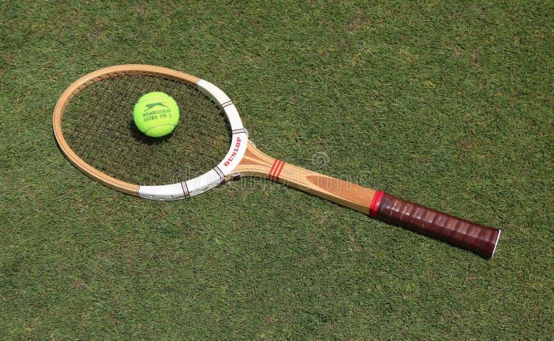 Racket för tappningDunlop tennis och Slazenger Wimbledon tennisboll på grästennisbanan royaltyfri fotografi