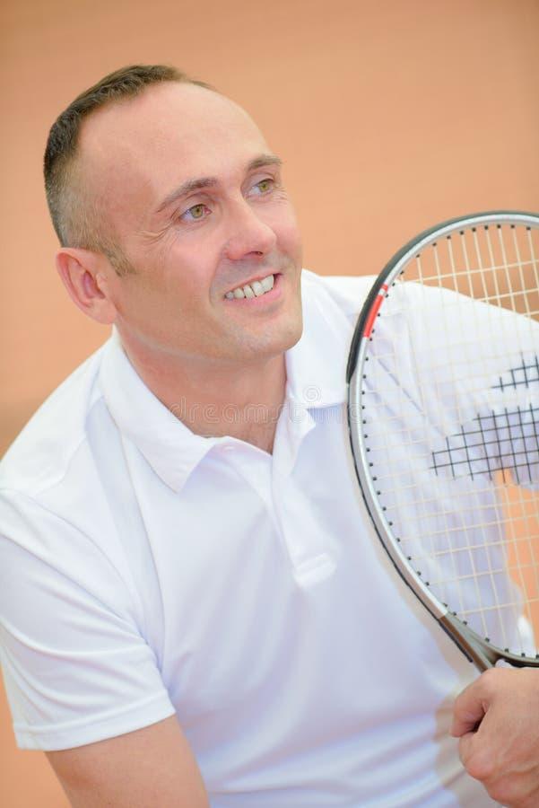 Racket för tennis för ståendeman hållande royaltyfri fotografi