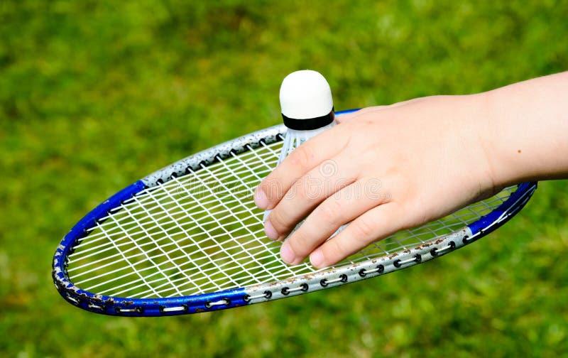 Racket och fjäderbollen för badminton arkivbild