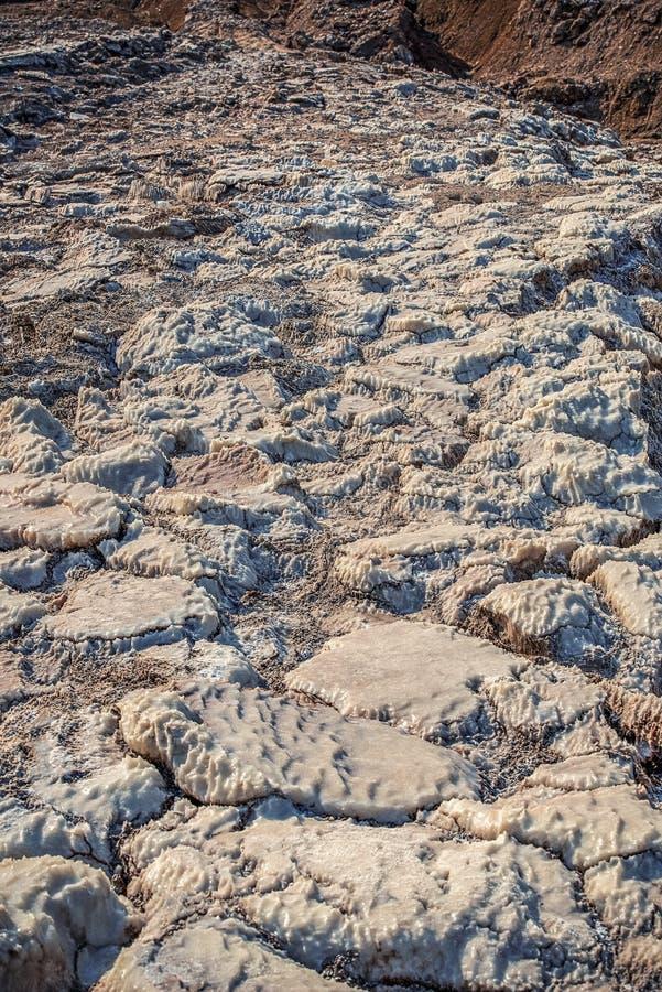 Racktlei mit Salz an der Küste des toten Meeres stockbilder
