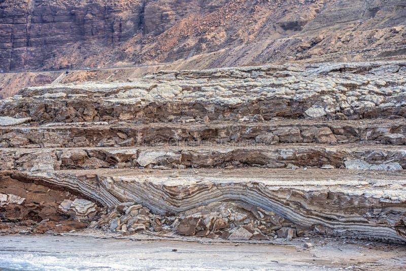 Racktlei mit Salz an der Küste des toten Meeres stockbild