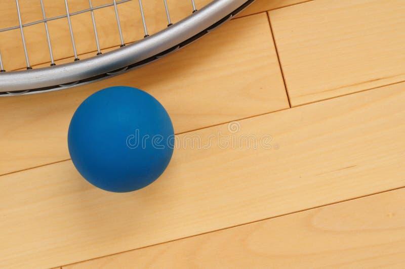 Racquetball de borracha azul e raquete foto de stock