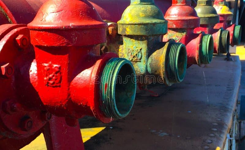 Rad av övergav Fireboatvattenposter arkivbilder