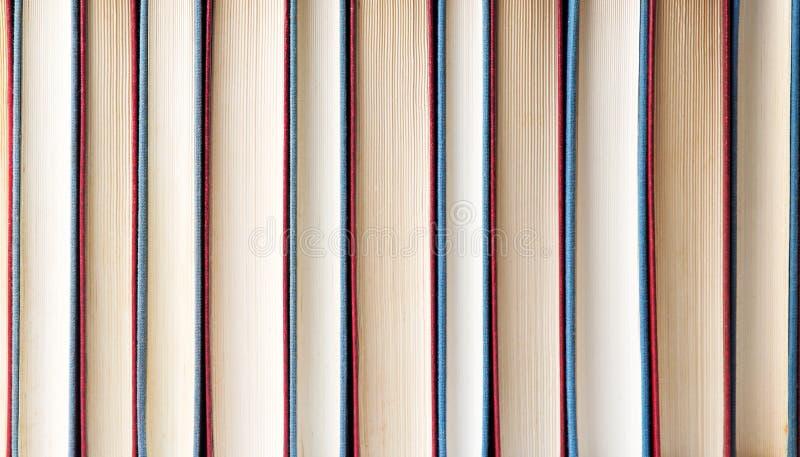 Rad av böcker som bildar en bakgrund royaltyfri fotografi