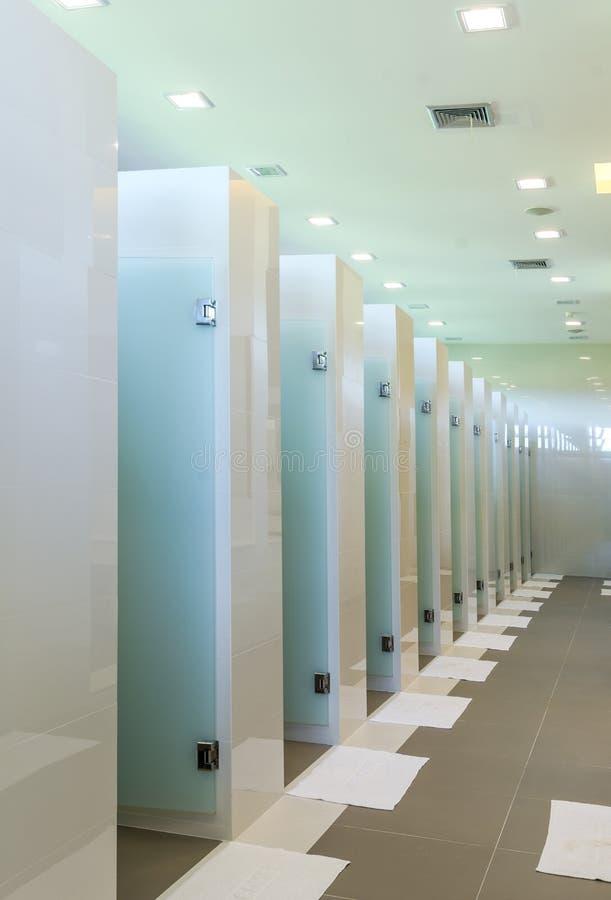 Rad av badruminre i modern byggnad arkivbilder