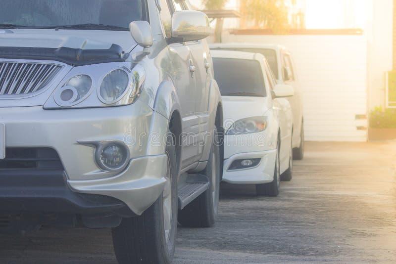 Rad av bilar som parkeras på konkret golv på bilparkeringsplatsen med solljusbakgrund royaltyfria foton