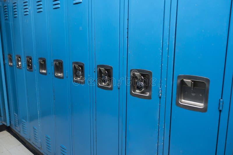 Rad av blåa skåpskolor, idrottshall, högskolauniversitet royaltyfria bilder