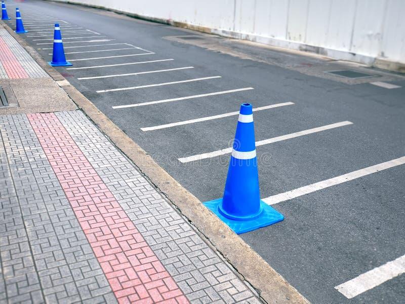 Rad av blåa trafikkottar längs vägen royaltyfri fotografi