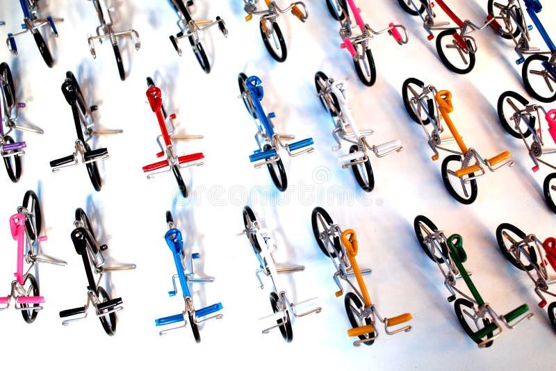 Rad av cykelleksaker som göras, genom att böja för rem arkivfoton