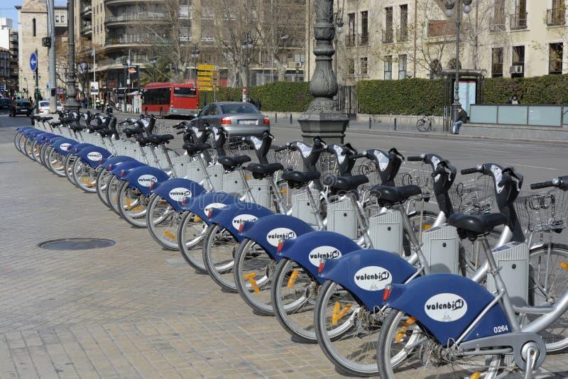 Rad av cyklar för hyra i Valencia, Spanien arkivbild