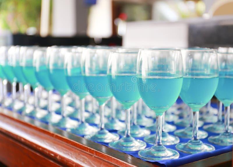 Rad av den blåa curacao coctailen arkivfoton