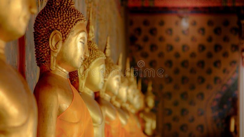Rad av den guld- buddha statyn på Wat Arun, Bangkok Thailand Landm arkivfoton