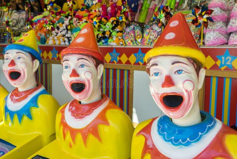 Rad av färgglade clowner på funfairen arkivbilder