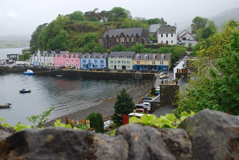Rad av färgglade hus längs vattnet på Portree, ö av Skye, Skottland arkivbilder