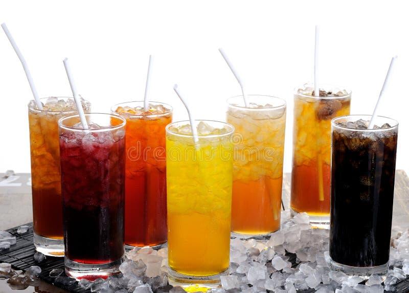 Rad av färgrika fruktsaftar arkivfoto