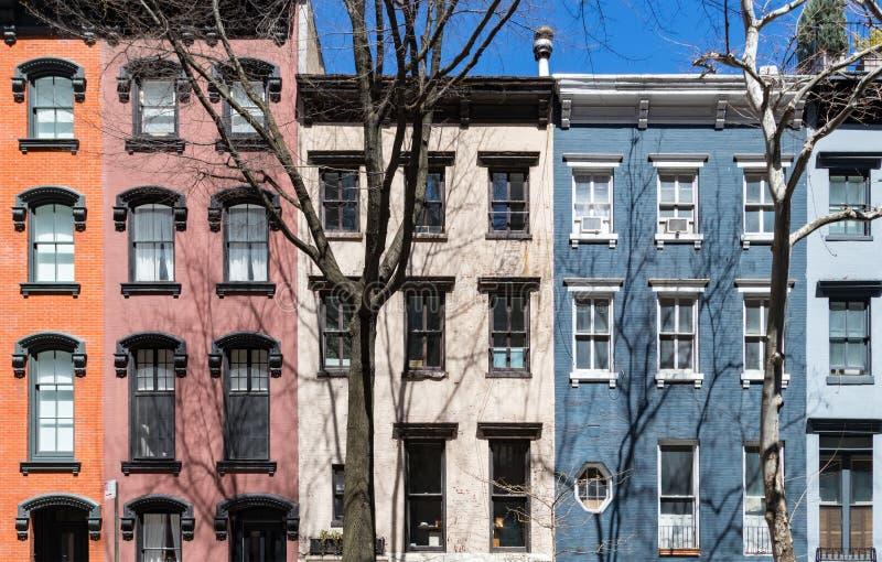 Rad av färgrika gamla byggnader i New York City royaltyfria foton