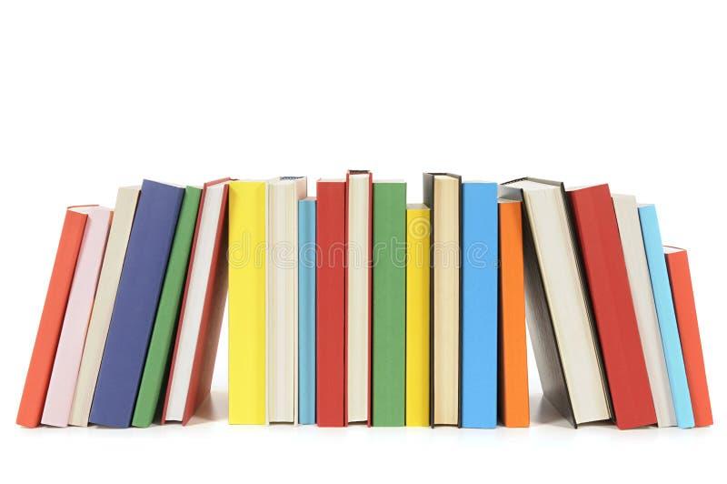 Rad av färgrika häftad bokböcker royaltyfri bild